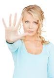 Mujer que hace gesto de la parada fotografía de archivo