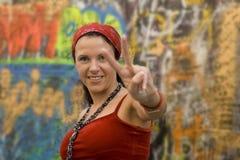 Mujer que hace gesto de la victoria Imagen de archivo