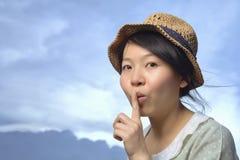 Mujer que hace gesto reservado en fondo del horizonte Foto de archivo