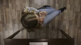 Mujer que hace girar en el smoothie de consumición de la silla de la oficina almacen de metraje de vídeo