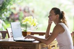 Mujer que hace hacer compras en línea al aire libre Foto de archivo