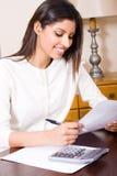 Mujer que hace impuestos Imagen de archivo