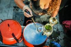 Mujer que hace infusión de hierbas o la infusión Imagen de archivo