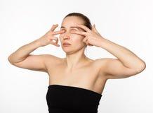 Mujer que hace la aptitud de la cara, chang de envejecimiento en los músculos de la cara Belleza y concepto de la salud Imágenes de archivo libres de regalías