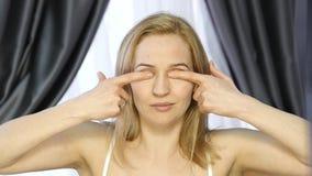 Mujer que hace la aptitud de la cara, chang de envejecimiento en los músculos de la cara la consolidación del superior y baja el  almacen de metraje de vídeo