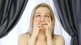 Mujer que hace la aptitud de la cara, chang de envejecimiento en los músculos de la cara la consolidación del superior y baja el  almacen de video