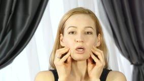 Mujer que hace la aptitud de la cara, chang de envejecimiento en los músculos de la cara la consolidación del superior y baja el  metrajes