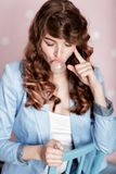Mujer que hace la burbuja con el chicle Fotos de archivo libres de regalías