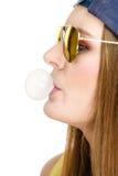 Mujer que hace la burbuja con el chicle Imágenes de archivo libres de regalías