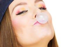 Mujer que hace la burbuja con el chicle Foto de archivo
