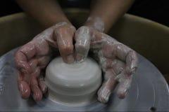 Mujer que hace la cerámica Fotos de archivo