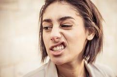 Mujer que hace la expresión del repugnancia foto de archivo