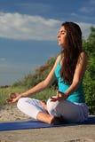 Mujer que hace la figura de la yoga imagenes de archivo