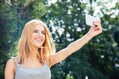 Mujer que hace la foto del selfie Fotos de archivo libres de regalías