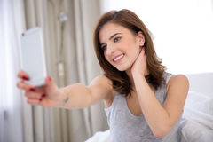 Mujer que hace la foto del selfie con smartphone Fotografía de archivo