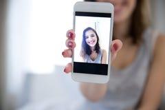 Mujer que hace la foto del selfie en smartphone Imagen de archivo libre de regalías