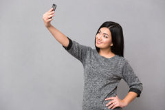 Mujer que hace la foto del selfie en smartphone Fotografía de archivo libre de regalías