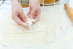 Mujer que hace la galleta del conejito de pascua Imágenes de archivo libres de regalías