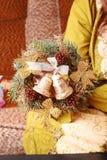 Mujer que hace la guirnalda del advenimiento de la Navidad Imagenes de archivo
