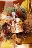 Mujer que hace la guirnalda del advenimiento de la Navidad Imagen de archivo libre de regalías