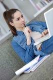 Mujer que hace la investigación de la asignación en Internet imagenes de archivo