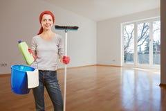Mujer que hace la limpieza Foto de archivo libre de regalías