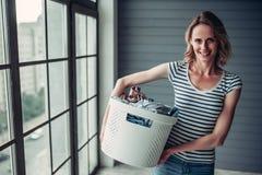 Mujer que hace la limpieza en casa imagen de archivo libre de regalías