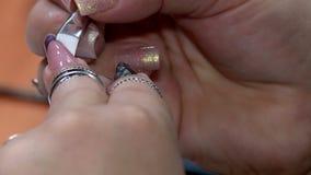 mujer que hace la manicura almacen de metraje de vídeo