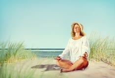 Mujer que hace la meditación con concepto pacífico de la naturaleza Imagen de archivo libre de regalías