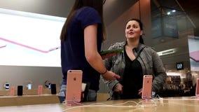 Mujer que hace la pregunta acerca de iphone almacen de metraje de vídeo