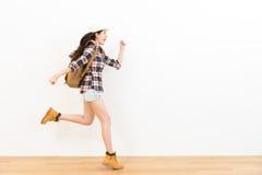 Mujer que hace la presentación y el gesto felices del salto imagenes de archivo