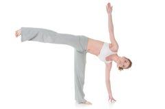 Mujer que hace la yoga, actitud de la media luna/de Ardha Chandrasana Foto de archivo