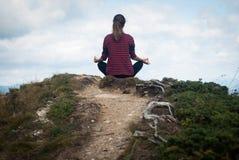 Mujer que hace la yoga al aire libre Imagen de archivo libre de regalías