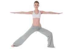 Mujer que hace la yoga, guerrero/actitud de Virabhadrasana II Fotos de archivo libres de regalías