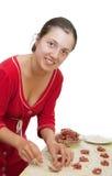Mujer que hace las bolas de masa hervida rusas de la carne (pelmeni) Imagen de archivo libre de regalías