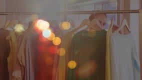 Mujer que hace las compras rodeadas por efecto colorido del bokeh metrajes