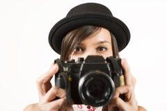 Mujer que hace las fotos con la cámara de la película del vintage Foto de archivo libre de regalías