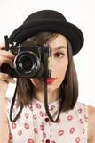 Mujer que hace las fotos con la cámara de la película del vintage Imagenes de archivo