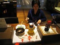 Mujer que hace las miniaturas en el aeropuerto de Incheon Foto de archivo