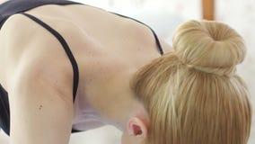 Mujer que hace las posturas de la yoga, técnicas de la meditación metrajes