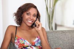 Mujer que hace llamada telefónica imagen de archivo libre de regalías