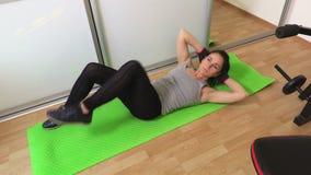 Mujer que hace los ejercicios de la aptitud para el cierre de la opinión superior del ABS para arriba metrajes