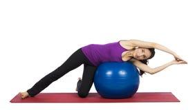 Mujer que hace los ejercicios de los pilates para la flexibilidad Fotografía de archivo