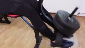 Mujer que hace los ejercicios para las piernas almacen de video
