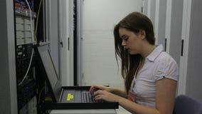 Mujer que hace mantenimiento y la sonrisa almacen de video
