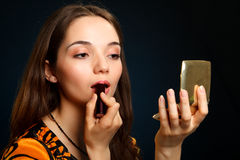 Mujer que hace maquillaje Fotografía de archivo libre de regalías