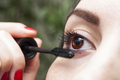 Mujer que hace maquillaje Fotografía de archivo