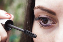 Mujer que hace maquillaje Imágenes de archivo libres de regalías