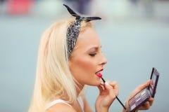Mujer que hace maquillaje al aire libre Fotos de archivo