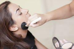 Mujer que hace maquillaje aplicar Fotos de archivo libres de regalías